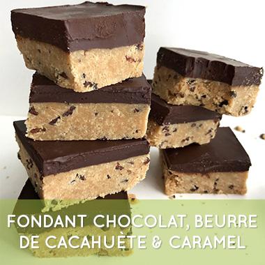 tranches de fondant au chocolat beurre de cacahuète et caramel mou vegan